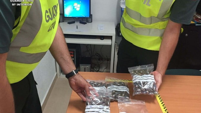 La Guardia Civil con las bellotas de hachís interceptadas