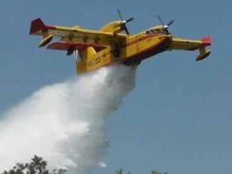 Un avión en las labores de extinción en el incendio de Doñana