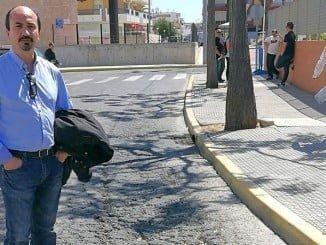 Miguel Angel Gallego (IU) en Punta Umbría, en una de las calles deteriorada