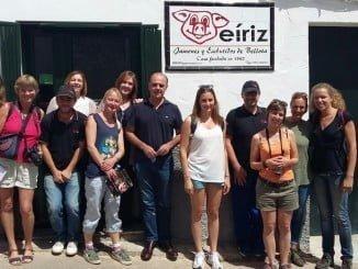 El grupo de profesionales en ecoturismo en su visita a Jamones Eíriz