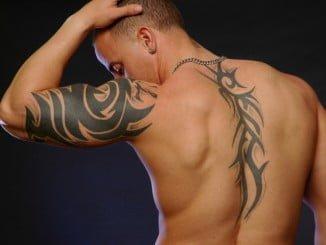 Facua no comprende el escaso control que la Junta de Andalucía tiene sobre los negocios de tatuajes y piercings a pesar de que reconoce que la actividad entraña riesgos