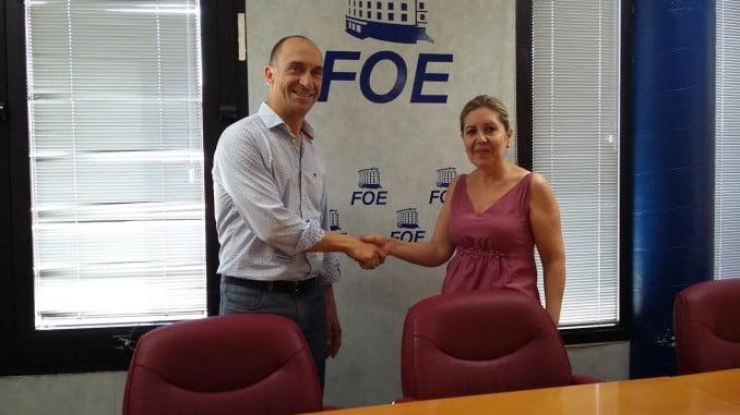 José Andrés Domínguez y María Teresa García, de FOE, tras el acuerdo de colaboración mediante el que la organización empresarial colaborará en el curso sobre RSC de la UNIA