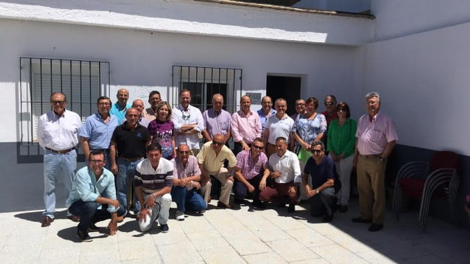 Los integrantes de la Asociación de Empresarios de Beas, a las puertas de la nueva sede