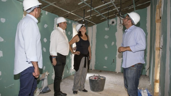 El alcalde visita las obras de las viviendas municipales de Pérez Cubillas