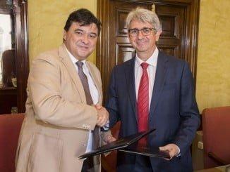 El alcalde de Huelva y el director de Fundación Cepsa tras la firma.