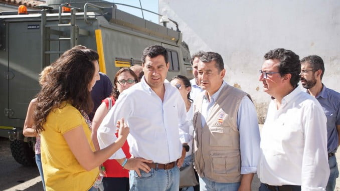 Juanma Moreno también visitó la zona Riotinto afectada por el incendio.