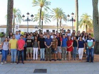 El alcalde de La Palma junto con alguno de los becarios que harán prácticas en empresas este verano.