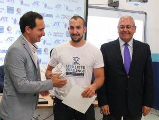 José Manuel Otero, natural de la localidad onubense de El Campillo y estudiante del primer curso del Ciclo Formativo de Grado Medio en Electromecánica, recibe el premio.