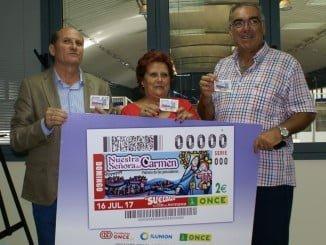 La alcaldesa de Isla Cristina con el director de la ONCE y d la Lonja Pesquera presentando el cupón dedicado a las fiestas del Carmen.