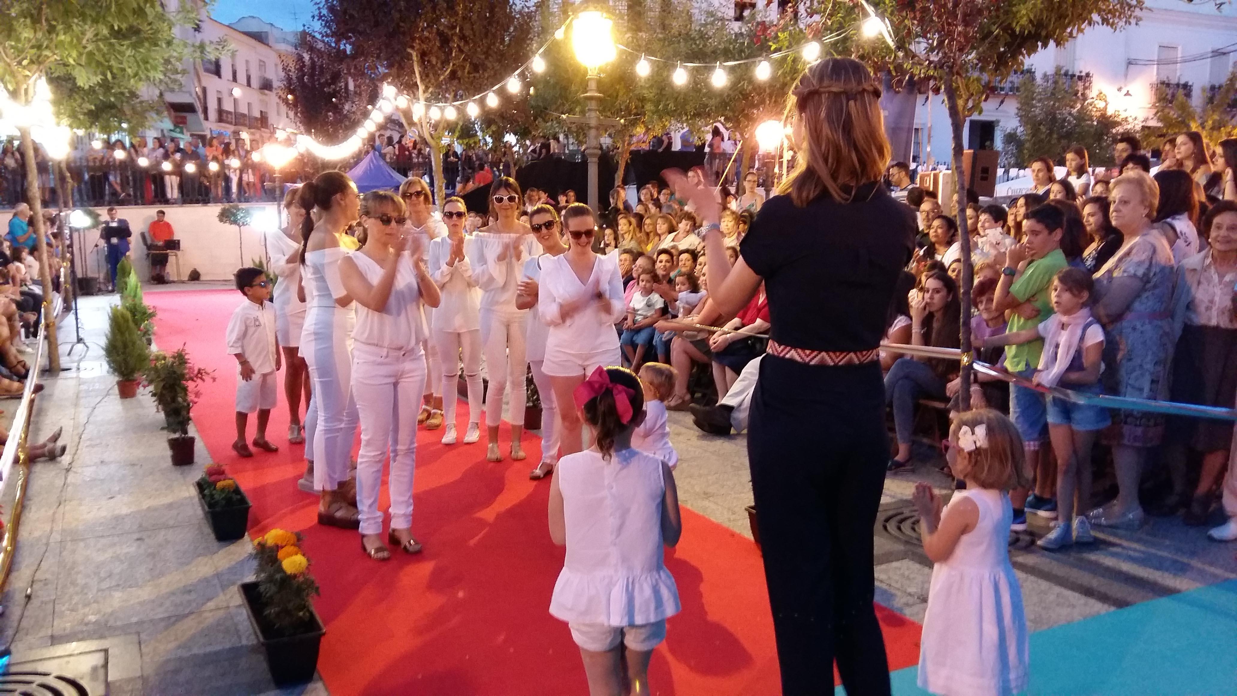 Muchas personas siguieron el desfile de moda por el centro de Aracena.