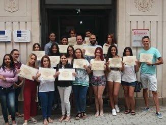 Los participantes en el curso de dependiente, con sus diplomas, en que se ha dado en la Cámara de Comercio.