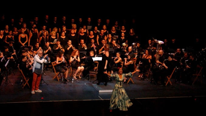 Todo un espectáculo la actuación de la Banda de Isla Cristina y la Coral Polifonica, junto a Inés Romero y Antonio Ángel Ligero.