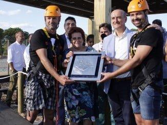 Dos bomberos de Lepe e Isla Cristina, como reconocimiento a la labor que hace el cuerpo, fueron los primeros en utilizat la tirolínea más grande del mundo en Islantilla.