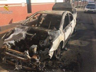 En este estado quedó uno de los coches quemados