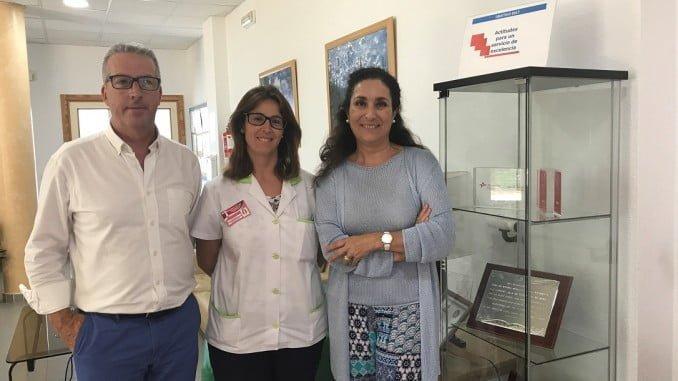Un momento de la visita de miembros de Cepsa a los mayores de la residencia de Moguer