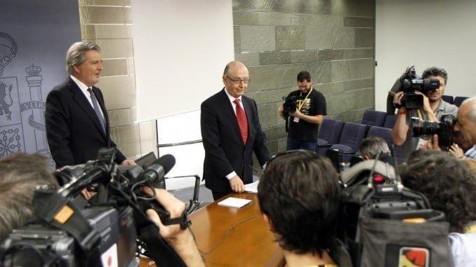 El portavoz del Gobierno, Íñigo Méndez de Vigo, y el ministro de Hacienda tras el Consejo de Ministros