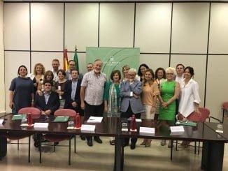 Junta y Fundación Luzón han firmado esta mañana en Sevilla un convenio de colaboración para avanzar en la mejora de la atención de personas con ELA y sus cuidadores