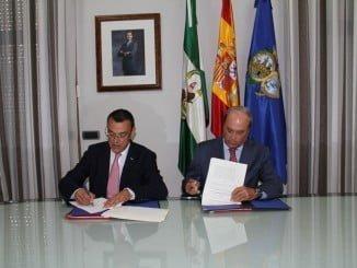 Antonio Ponce y Caraballo estampan su firma en el documento de colaboración