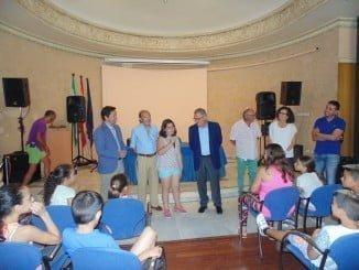 Rafael López ha acompañado a los niños en una visita a los mayores del Mora Claros