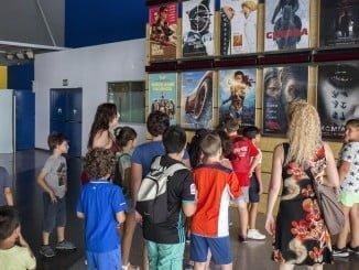 Gracias a la Escuela de Verano Municipal, niños de Huelva han asistido al cine en Aqualón