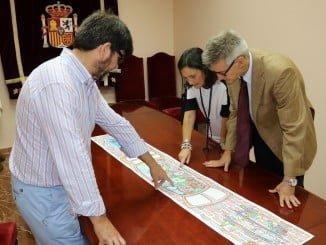 Andrés Espuelas presenta el proyecto a la subdelegada del Gobierno