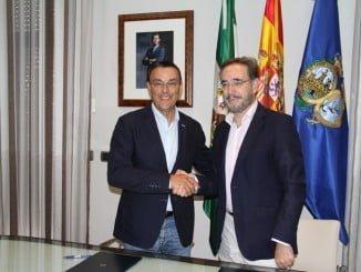 El presidente de la Diputación de Huelva y el consejero de Fomento y Vivienda tras la firma del convenio