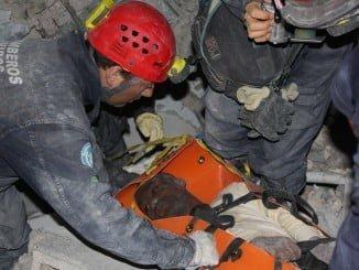 Los bomberos rescatando en Haití a una persona bajo los escombros