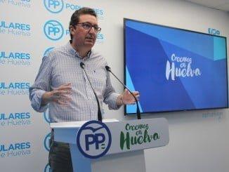"""El dirigente del PP ha criticado la """"insensibilidad"""" del Gobierno andaluz con cientos de agricultores de la comarca del Condado"""