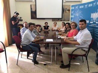 García de Longoria en una de las reuniones mantenidas con la Asociación de Enfermos de Fibromialgia de Huelva