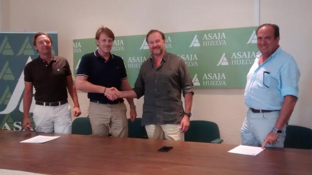 Firmantes del acuerdo entre ASAJA y la empresa Estrategias de Protección Rural S.L