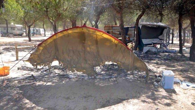 Las llamas del incendio de Moguer se cebaron con el camping, donde trabajan más de cien personas