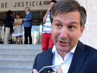 José Ramón Gómez Cueli atiende a los medios de comunicación ante la Audiencia