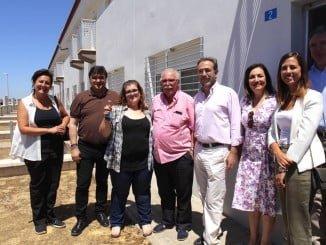 El consejero de Fomento y Vivienda y el alcalde de Huelva en la entrega de las viviendas del 'Casa por Casa'