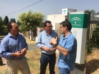 El presidente del PP, junto al secretario general del partido y el portavoz en Aracena, en su visita a la localidad