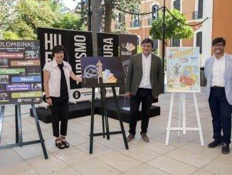 Gabriel Cruz junto a Elena Tobar y Adrés Espuelas, autor del cartel de las Colombinas