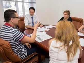 El concejal de empleo en una reunión de a comisión de Impulso Empresarial del Plan Integral del Distrito V