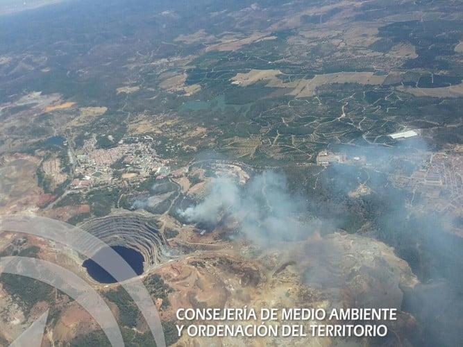 Como se aprecia en la imagen, el fuego se encuentra cerca de la Corta Atalaya