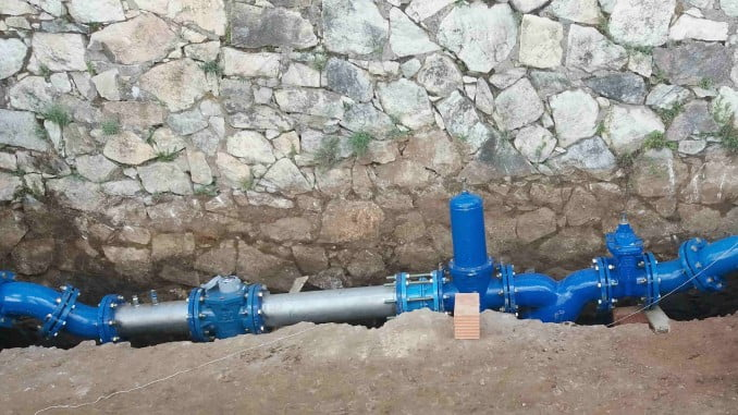 El núcleo urbano de Aracena se abastece desde el depósito regulador El Polígono, situado al norte del municipio