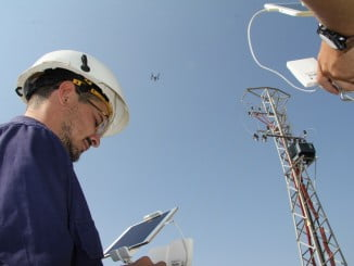 Técnicos de Endesa manejando un dron