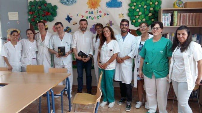 Aurelio Madrigal ha llevado su última novela al Hospital Vázquez Díaz