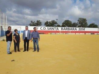 El delegado de la Junta, en compañía de la alcaldesa de Santa Bárbara de Casa, visita el campo de fútbol