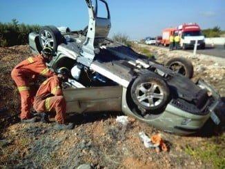 Los bomberos rescatan a una persona atrapada en un vehículo tras un accidente de tráfico