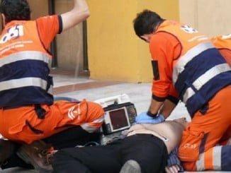 Sanitarios del Epes atendiendo a un herido