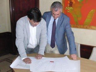 El consejero de Empleo y el alcalde consultan el plano de la nueva oficina de empleo
