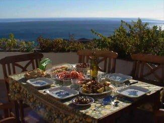 Los excesos en las comidas, el abuso de bebidas alcohólicas, y confundir descanso con inactividad, los peores peligros de las vacaciones para el riñón