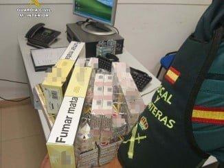 Un agente de la Guardia Civil con el tabaco intervenido