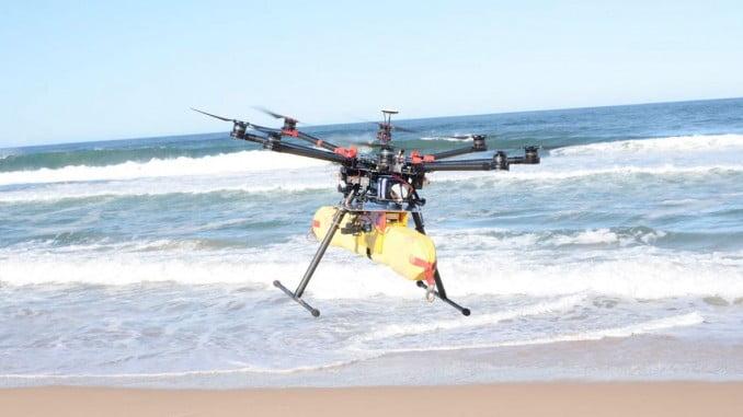 Unos prismáticos identifican la posición del accidente y transmiten el plan de vuelo al avión no tripulado