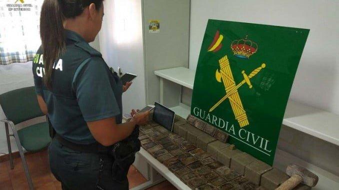 Una agente de la Guardia Civil con la droga intervenida en la vivienda del detenido
