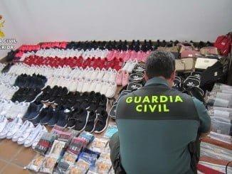 Un agente de la Guardia Civil con las prendas intervenidas en Torre de la Higuera
