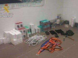 Arnés utilizados por los presuntos ladrones y objetos intervenidos